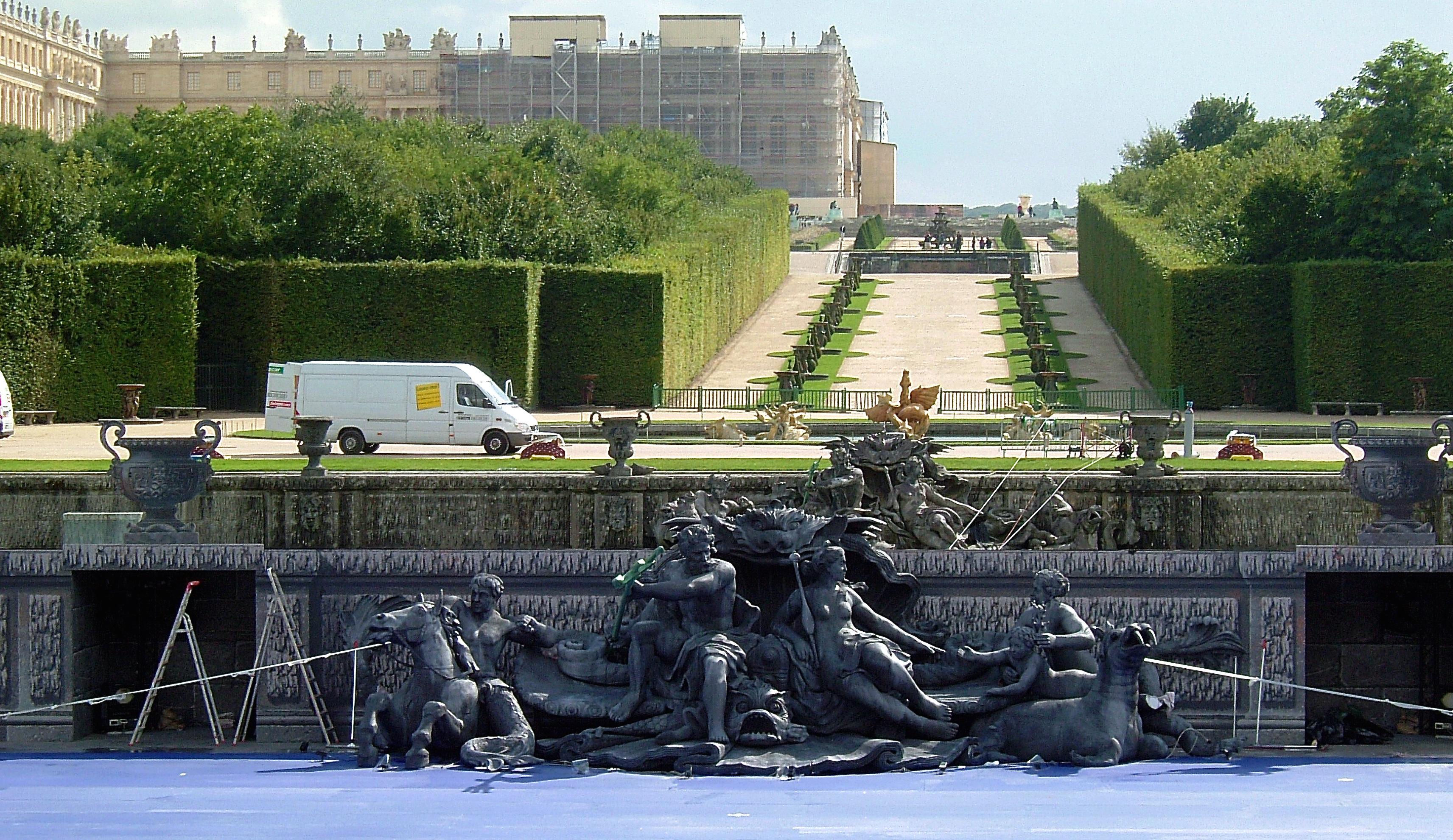 """Spectacle """"Les Noces de l'enfant Roi"""" Alfredo Arias / Roberto Platé - Sculpture/Reproduction du Bassin de Neptune - Château de Versailles 2006"""