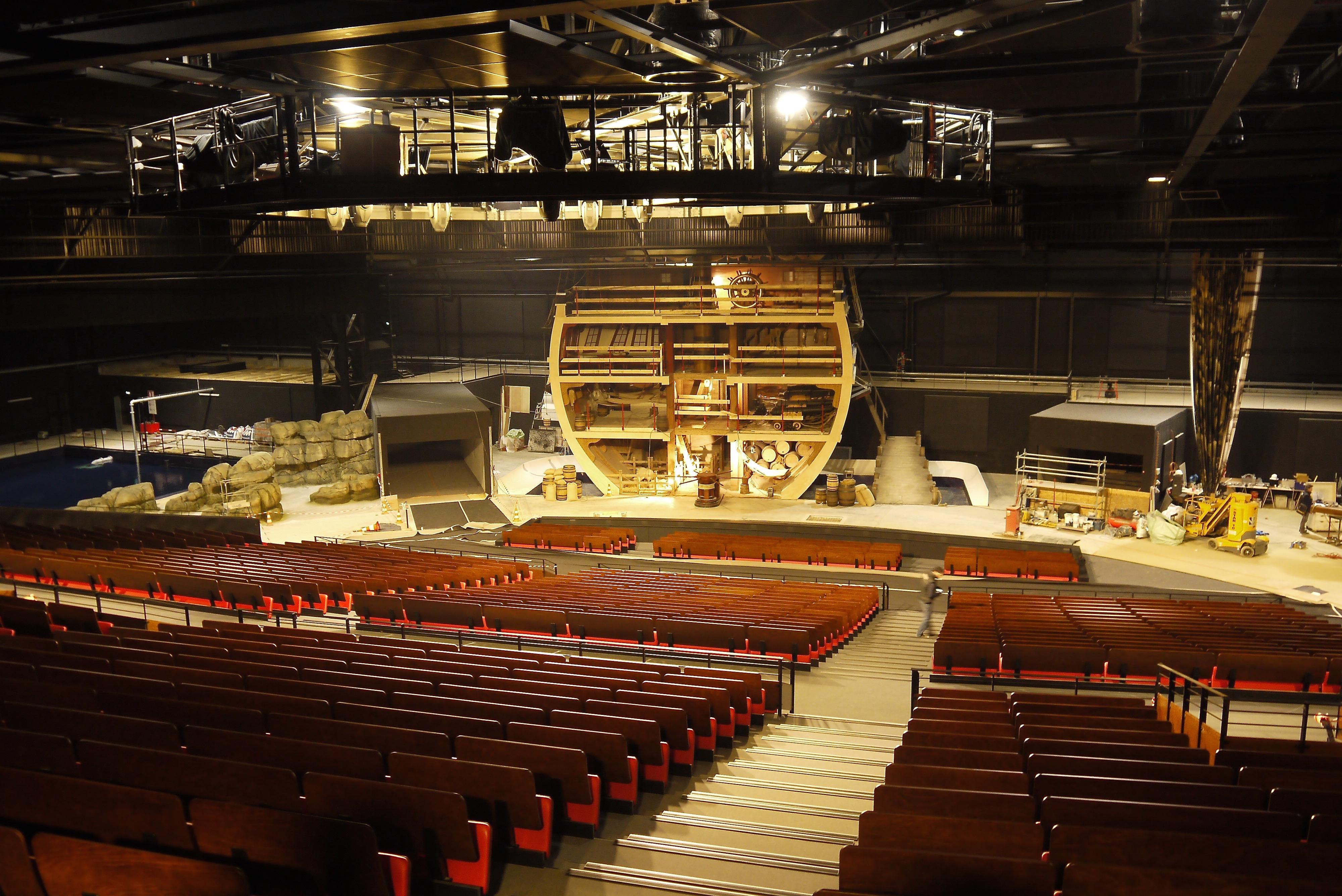"""Le Puy du Fou - Spectacle """"Le Dernier Panache"""" (Saison 2016) - salle « Théâtre des Géants » (7.500m2 – 2.400 places) – 160m2 de décors."""