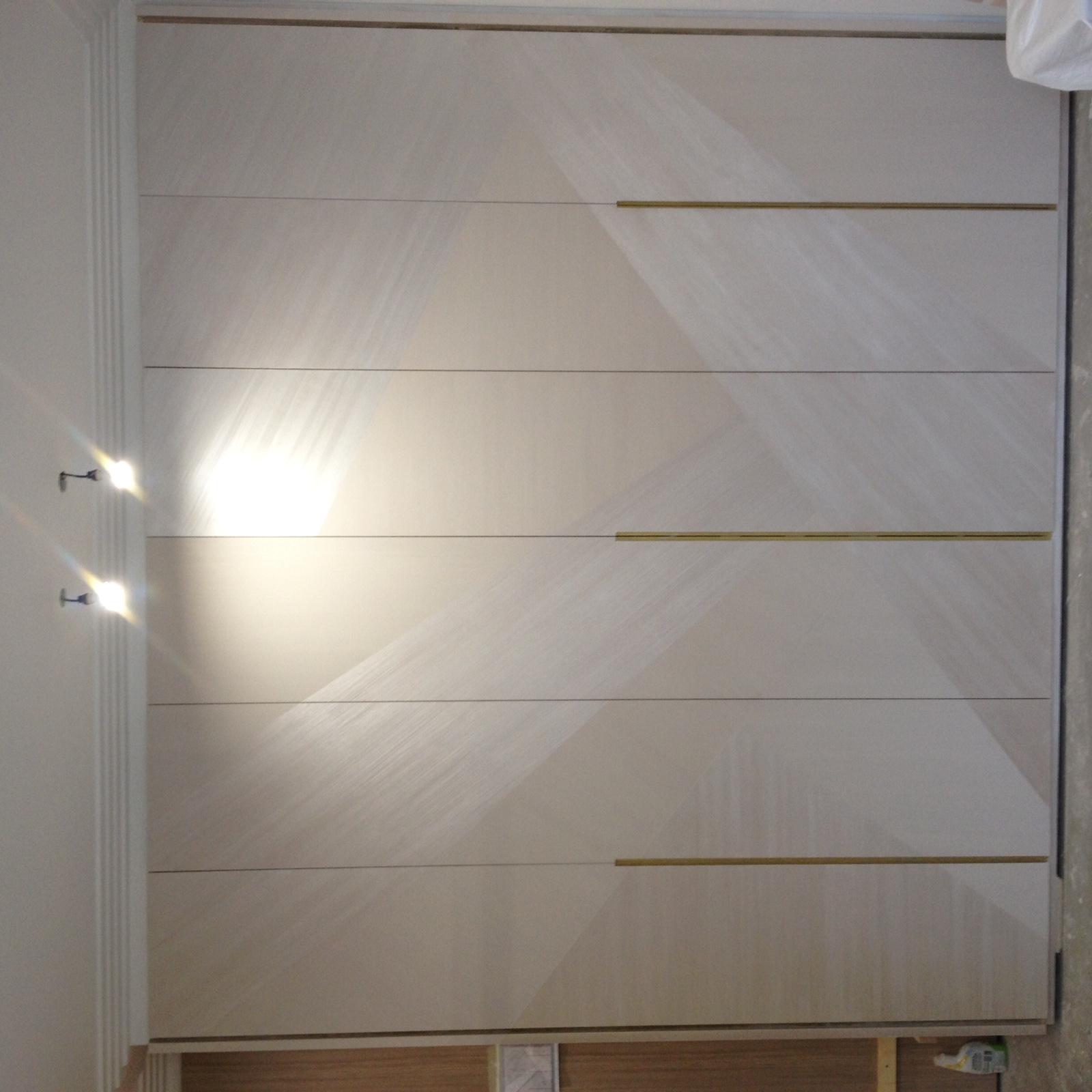 MV DECOR - Portes de dressing traitées en nacre & vernis, design graphique matiéré avec fine ligne d'or (Paris 16è)